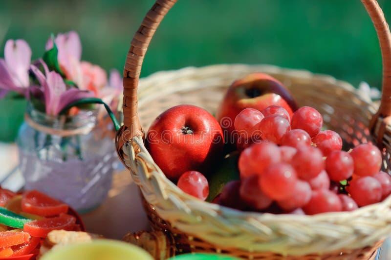 Cestino con frutta ed i fiori immagini stock libere da diritti