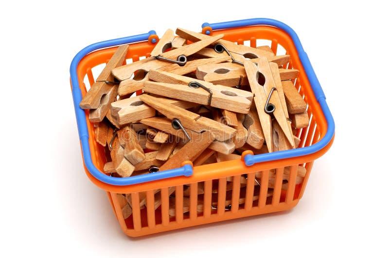 Cestino con i clothespins fotografie stock
