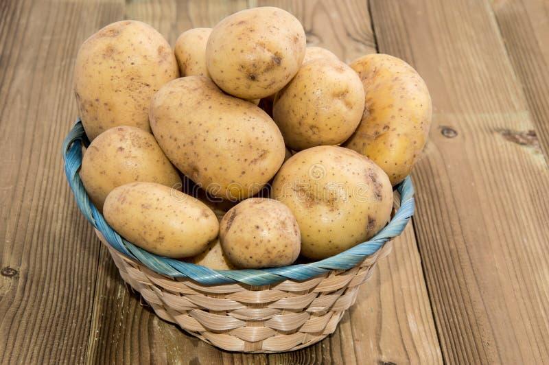 Cestino con le patate fresche fotografia stock
