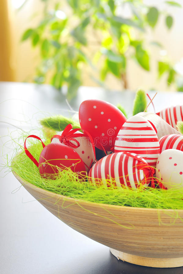 Cestino con le uova di Pasqua fotografia stock