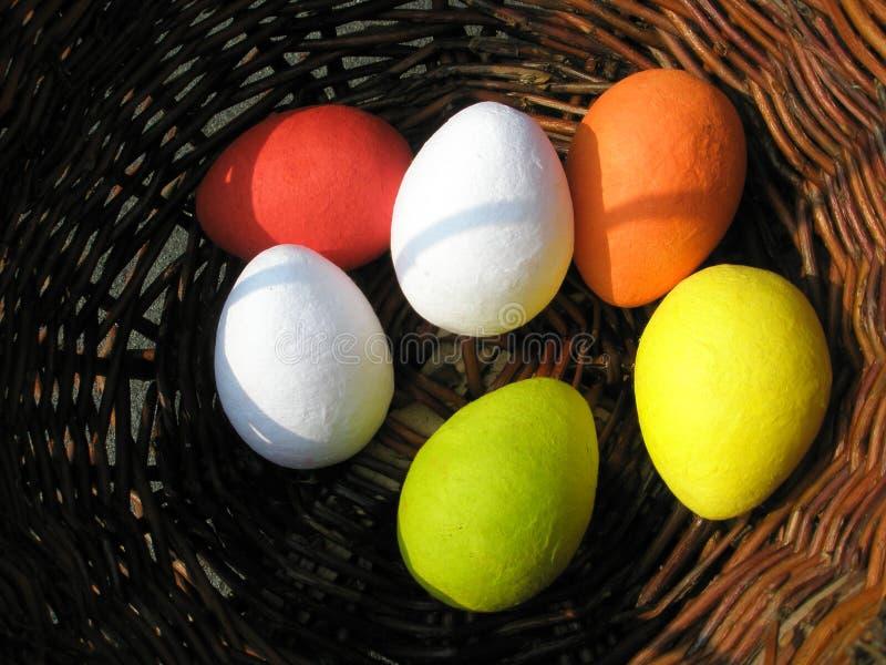 Cestino con le uova di Pasqua variopinte fotografia stock libera da diritti