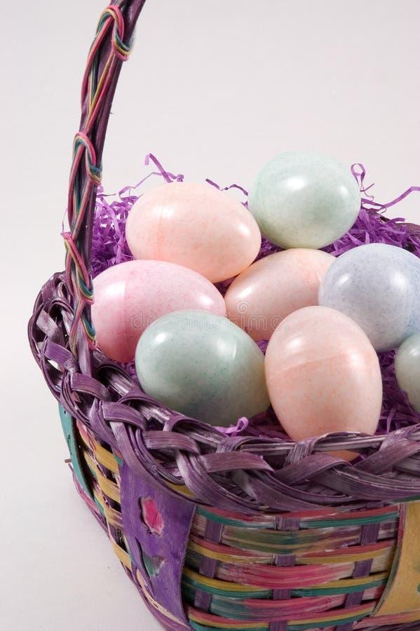 Cestino con le uova di Pasqua - Vista di Pasqua di Verticle fotografia stock