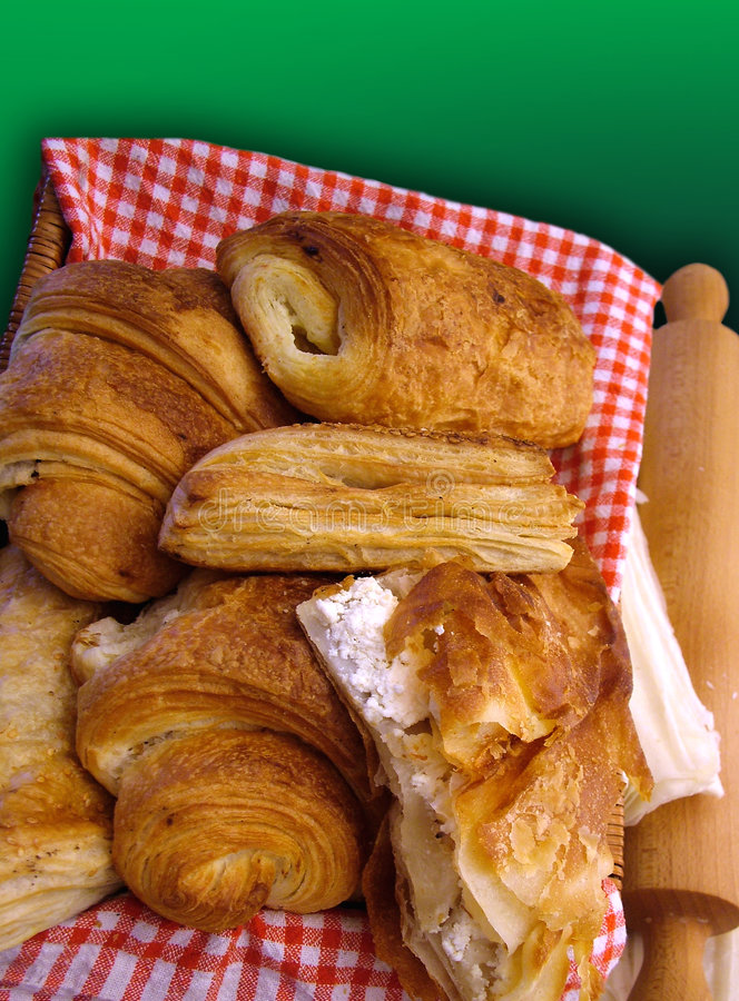 Cestino dei croissants   fotografie stock