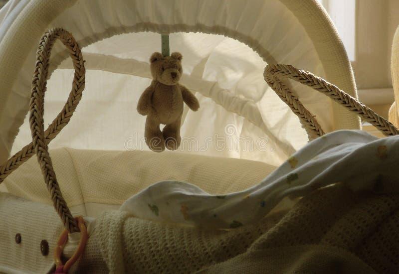 Cestino del bambino con l'orso dell'orsacchiotto immagine stock libera da diritti