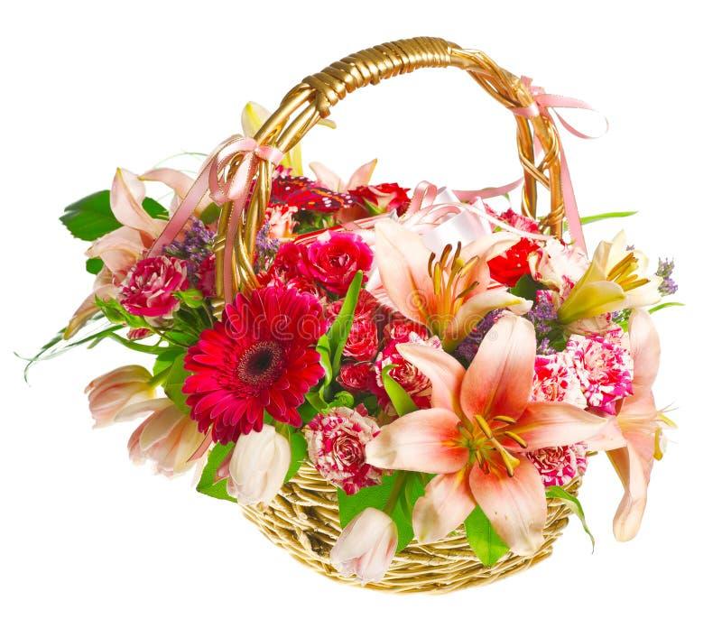 Cestino del regalo dei lilias, delle rose e dei gerberas fotografia stock libera da diritti