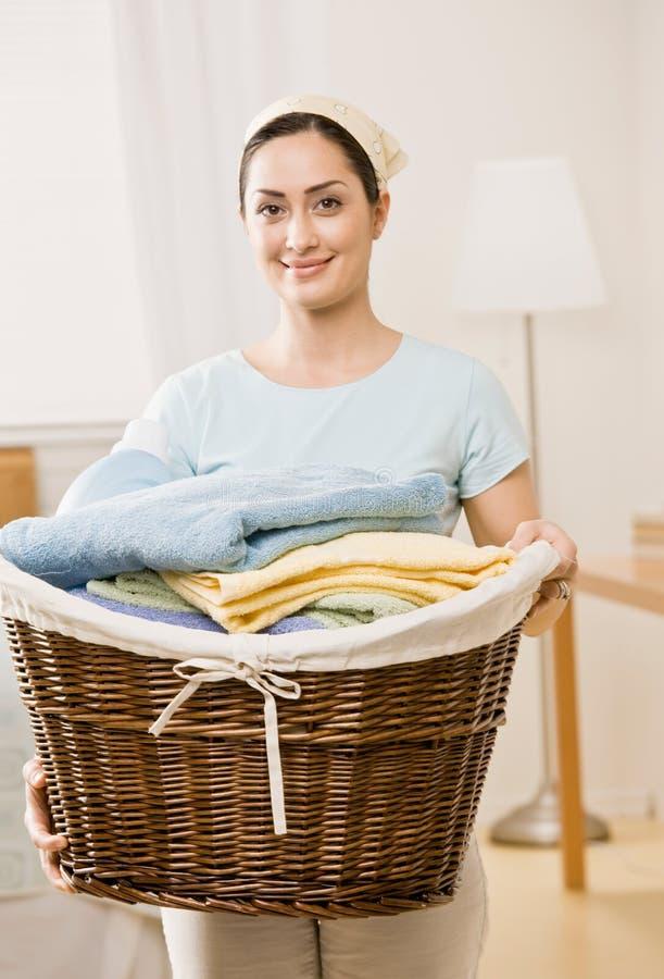 Cestino della holding della casalinga della lavanderia fotografie stock libere da diritti