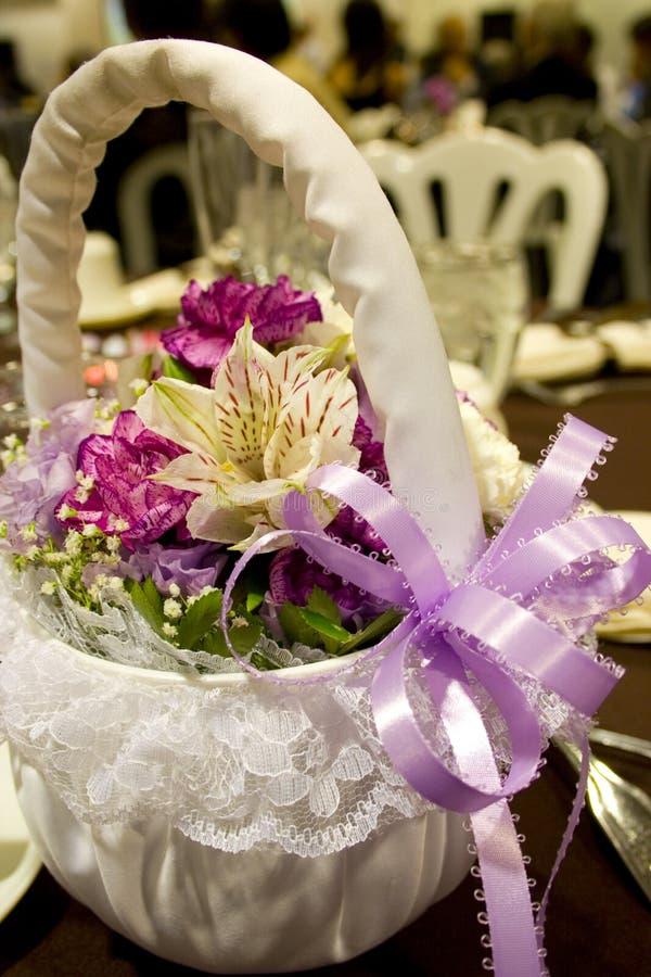 Cestino della ragazza di fiore con il nastro viola fotografie stock libere da diritti