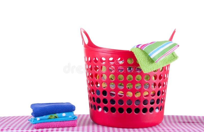 Cestino di lavanderia con lavata piegata fotografia stock