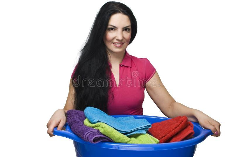 Cestino di lavanderia della holding della donna con i tovaglioli fotografia stock libera da diritti