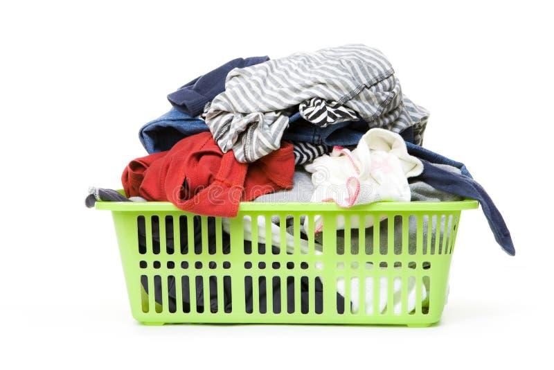 Cestino di lavanderia e vestiti sporchi fotografia stock