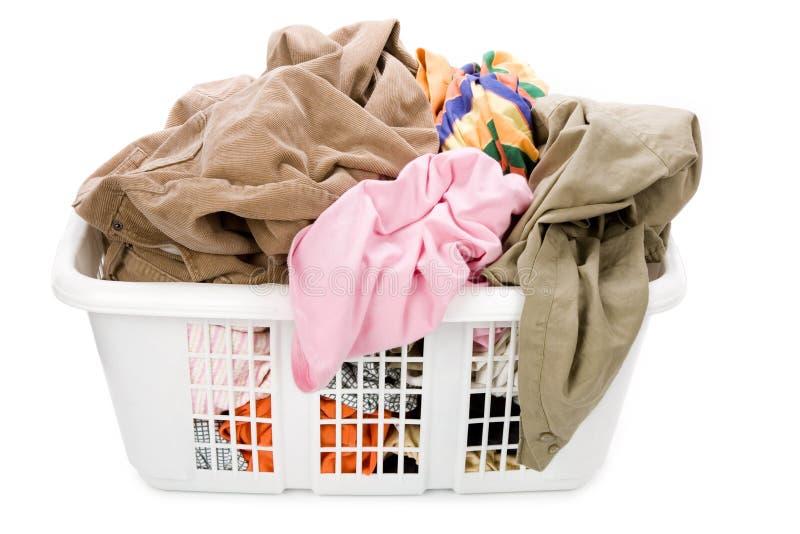 Cestino di lavanderia e vestiti sporchi fotografia stock libera da diritti