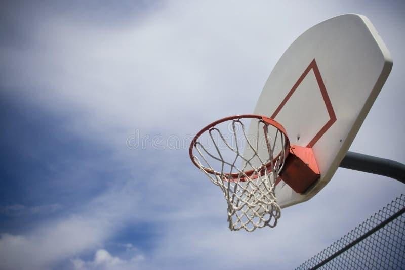 Cestino di pallacanestro fotografia stock
