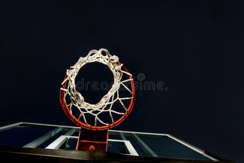 Cestino di pallacanestro qui sotto fotografie stock