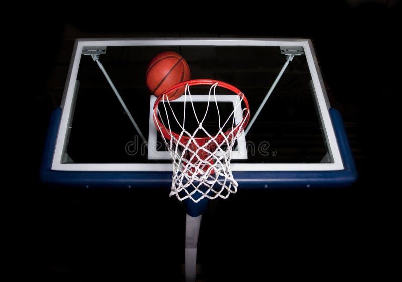 Cestino di pallacanestro su priorità bassa nera immagini stock libere da diritti