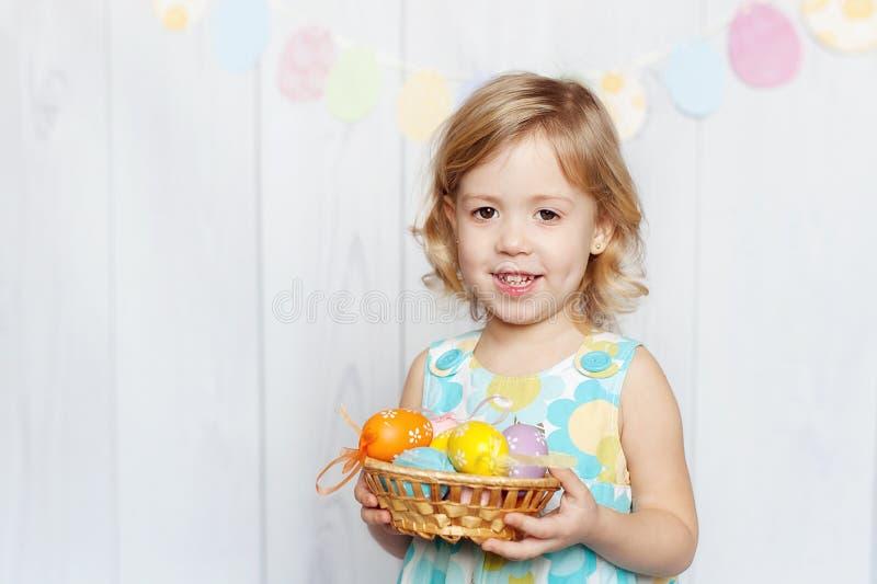 Cestino di Pasqua della holding della ragazza immagine stock