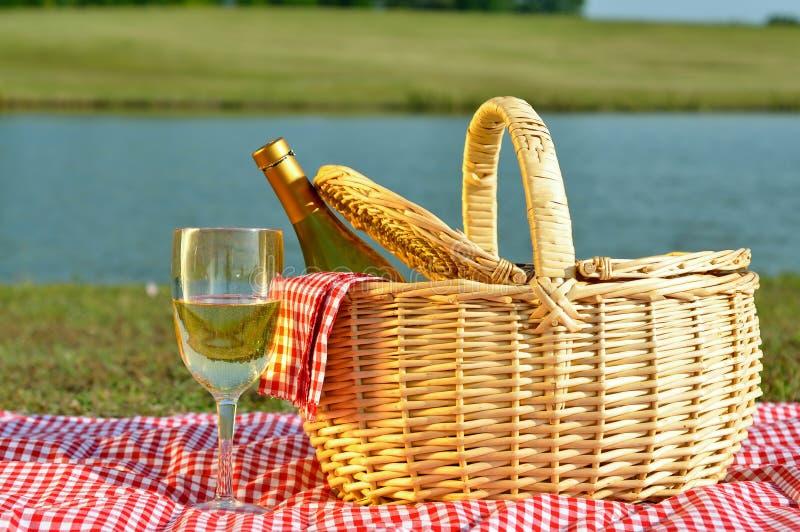 Cestino di picnic e vetro di vino fotografia stock
