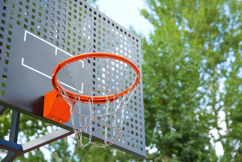 Cesto de basquetebol com correntes foto de stock royalty free