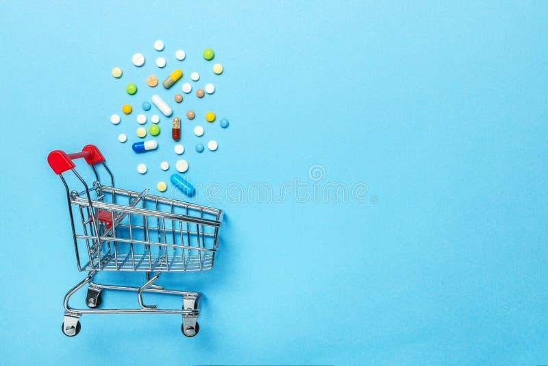Cesto de compras e comprimidos O conceito de drogas de compra em linha, entrega de dispositivos médicos Copie o espaço para o tex imagens de stock