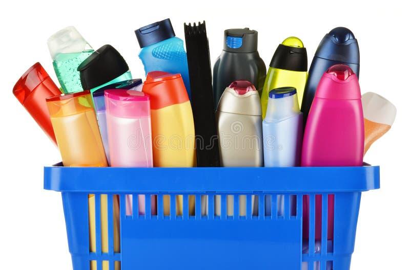 Cesto de compras plástico com os produtos do cuidado e de beleza do corpo fotografia de stock