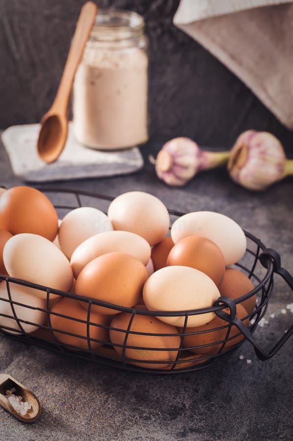 Cesto metallico con le uova sulla tavola rustica fotografie stock libere da diritti