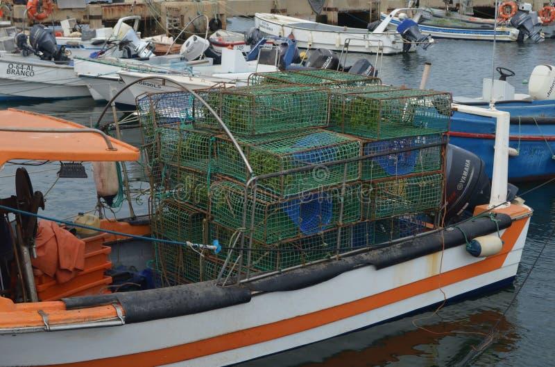 Cestos Artisanal da pesca usados para travar o polvo, os chocos e o congro no porto de pesca de Olhao, o Algarve, Portugal do sul fotos de stock