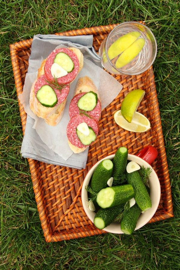 Cetrioli e panini salati freschi casalinghi con la salsiccia fotografie stock libere da diritti