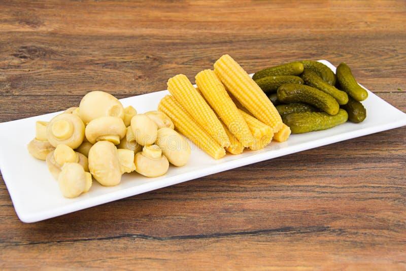 Cetriolini, funghi e cereale marinati dei cetrioli fotografie stock libere da diritti