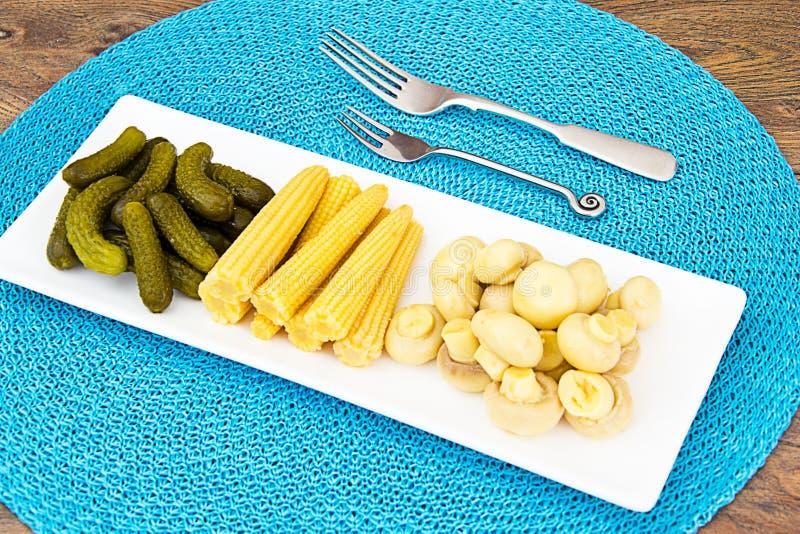 Cetriolini, funghi e cereale marinati dei cetrioli fotografia stock