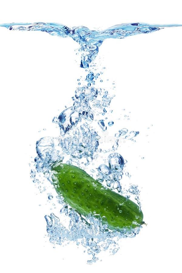 Cetriolo caduto in acqua fotografia stock