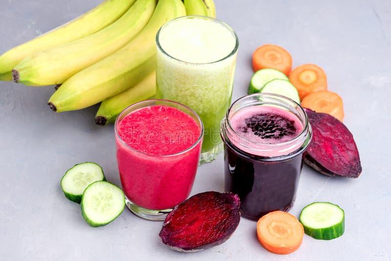 Cetriolo sano Juice Smoothie della banana della carota della barbabietola della disintossicazione in orizzontale onGray e bianco  fotografie stock