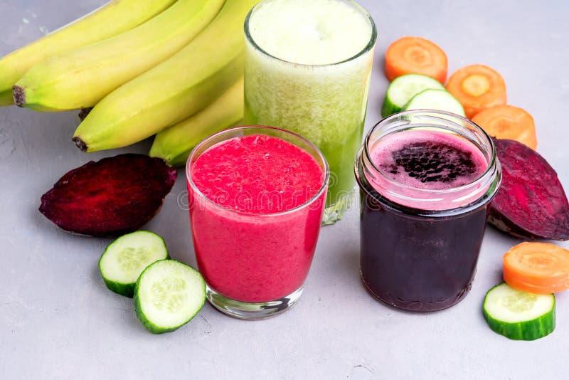 Cetriolo sano Juice Smoothie della banana della carota della barbabietola della disintossicazione in orizzontale onGray e bianco  immagine stock libera da diritti