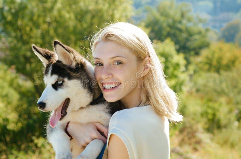 Cette fille aime son chien de traîneau sibérien femme avec l'animal familier de chien le jour d'été Chien de pure race de prise h image stock