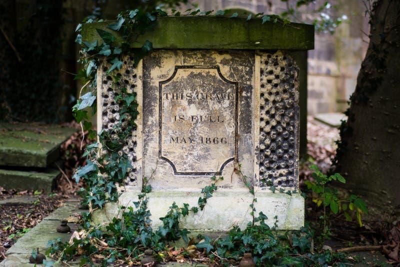Cette tombe est plein inscrite sur une tombe photographie stock libre de droits