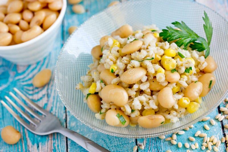 Cevada de pérola, feijão branco e salada do vegetariano do milho imagem de stock royalty free