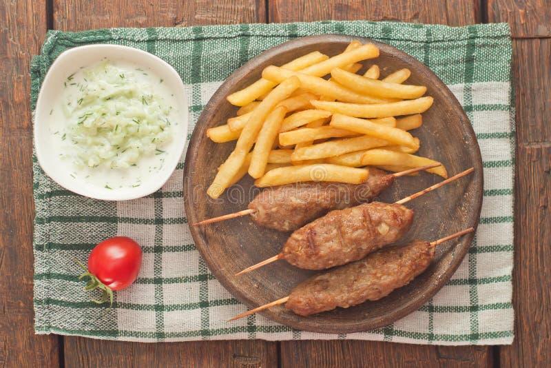 Cevapcici με το tzatziki Το παραδοσιακό βαλκανικό πιάτο στοκ φωτογραφία με δικαίωμα ελεύθερης χρήσης