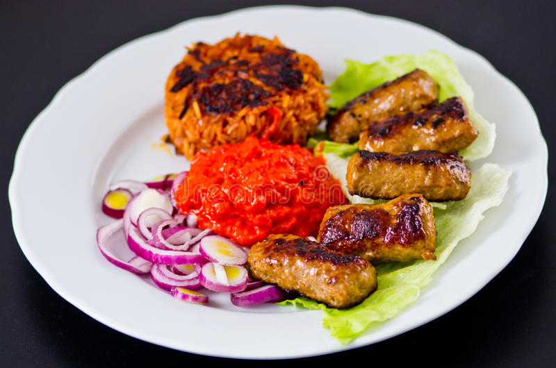 Cevapi με το ρύζι, ajwar και το κρεμμύδι στοκ φωτογραφία με δικαίωμα ελεύθερης χρήσης