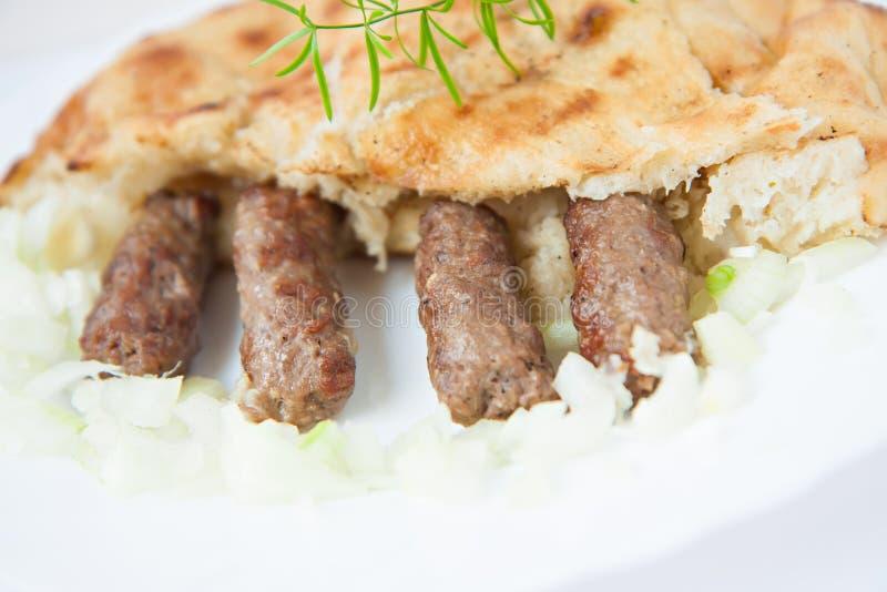 Cevapi bosnio tradicional de la comida con pan y la cebolla planos fotos de archivo libres de regalías