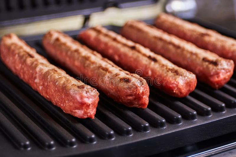Cevapi, cevapcici, Balcãs triturou o no espeto da carne imagem de stock royalty free