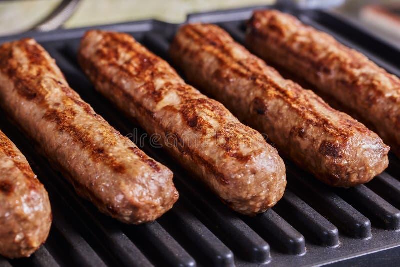 Cevapi, cevapcici, Balcãs triturou o no espeto da carne fotografia de stock