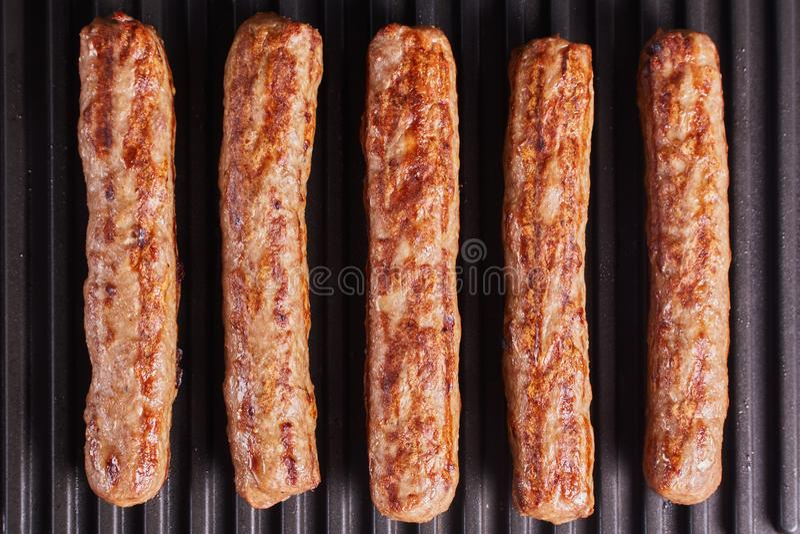 Cevapi, cevapcici, Balcãs triturou o no espeto da carne imagens de stock