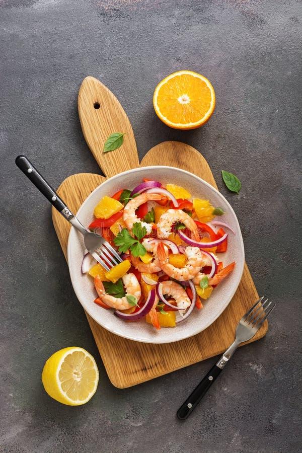 Ceviche με τις γαρίδες και πορτοκάλι σε ένα πιάτο σε έναν τέμνοντα πίνακα Επίπεδος βάλτε, υπερυψωμένη άποψη στοκ εικόνες