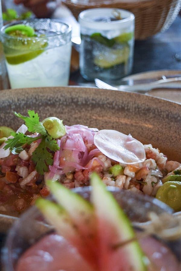 Ceviche av färsk fisk med cocktails royaltyfri fotografi