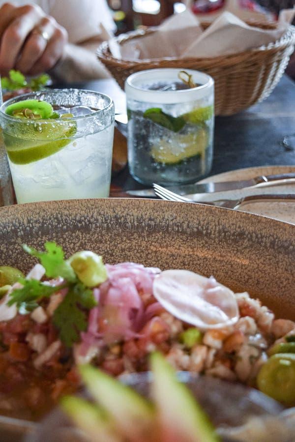 Ceviche av färsk fisk med cocktails arkivfoton