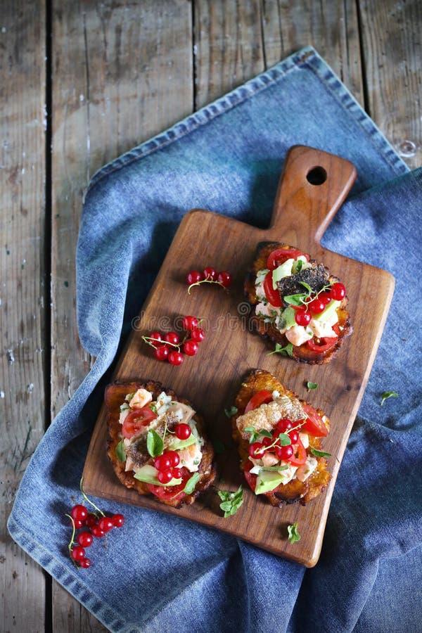 Ceviche av laxfisken, tomater, avokadon på stekte pisangtostones royaltyfri foto