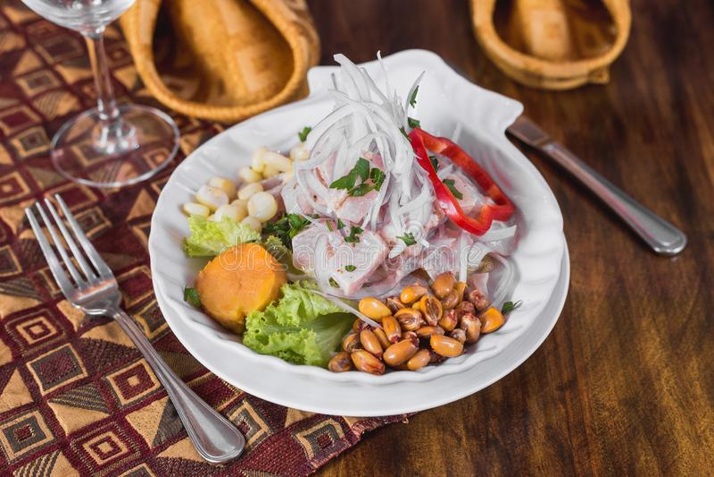 Ceviche de los pescados en una tabla elegante del restaurante fotografía de archivo libre de regalías