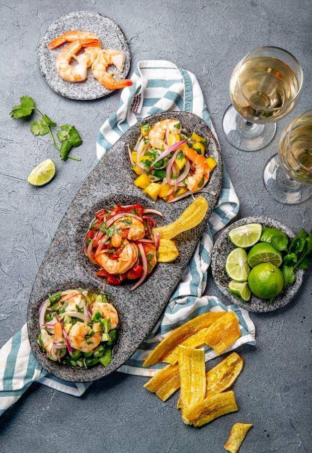 Ceviche Ceviche för tre färgrik räkor med mango, avokadot och tomater Latinskt - amerikanskt mexicanskt peruanskt ecuadorianskt royaltyfri bild