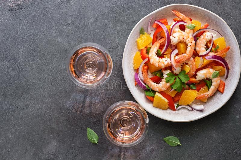 Ceviche med räkor och apelsinen, två exponeringsglas av rosa mousserande vin, mörk lantlig bakgrund B?sta sikt, kopieringsutrymme arkivbild