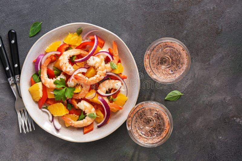 Ceviche med räkor och apelsinen, två exponeringsglas av rosa mousserande vin, mörk lantlig bakgrund B?sta sikt, kopieringsutrymme royaltyfri fotografi