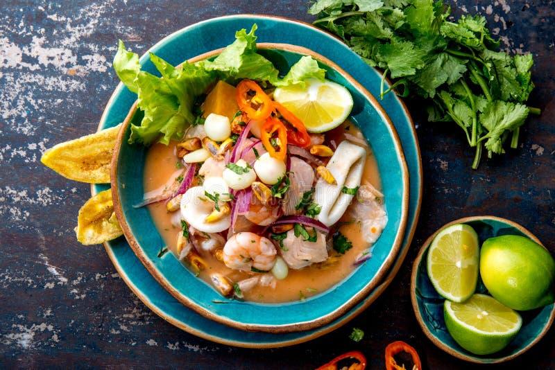 CEVICHE PERUANO SEBICHE Sebiche peruano de los mariscos y de los pescados con maíz fotografía de archivo