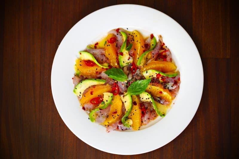 Ceviche sałatka z surową ryba, avocado i pomarańcze, fotografia royalty free